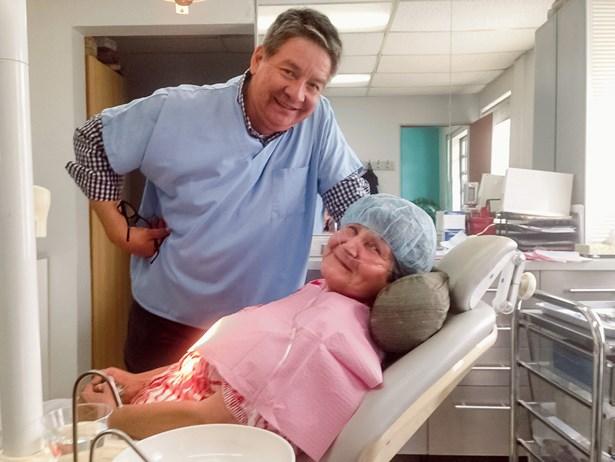Popis: Dr. Solorio s pacientkou.
