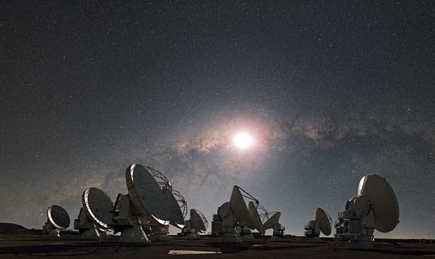 Popis: Radioteleskopy observatoře ALMA v měsíčním svitu pod Mléčnou dráhou.