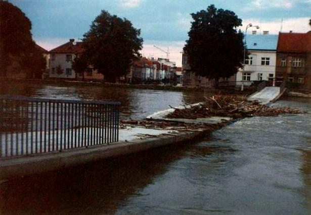 Popis: Lávka odolala i velké povodni, která Kroměříž postihla v roce 1997.