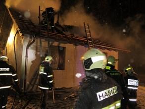 Noční požár chaty v Miroticích