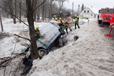 Hasiči při vyprošťování dodávky z potoka na Bruntálsku řezali dřeviny i led