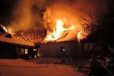 Během noci museli hasiči k několika požárům