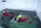 Tanvaldští hasiči trénovali záchranu z ledu na zamrzlé požární nádrži