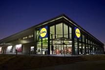 Nejnižší nástupní mzdy v prodejnách Lidl činí od  1. března 23 333 korun