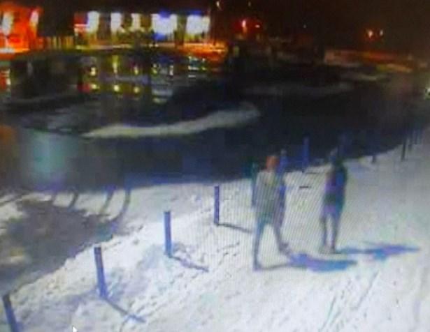 Popis: Na kamerovém záznamu jsou zachyceny dvě osoby, které se měly pohybovat nedaleko místa, kde k loupežnému přepadení došlo.