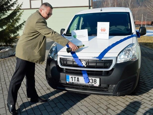 Popis: Poslanec Parlamentu ČR Martin Sedlář při křtu vozidla.