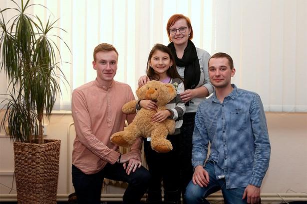 Popis: Zleva Filip Šustr, Eliška, vedoucí Sociálně aktivizační služby Marie Uttendorfská a Adam Němec.