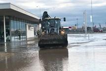 Voda z polí zatopila autosalon v Olomouci