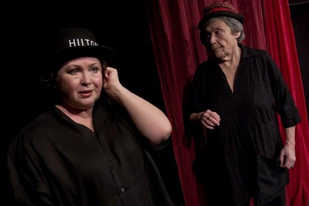 Popis: Divadlo Viola - Stará dáma vaří jed.