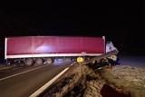 Vyprošťování kamionu blokujícího silnici v Ropici