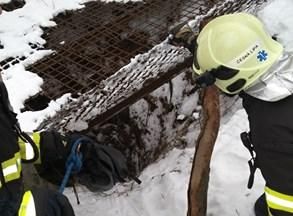 Pes spadl do hradní štoly, zachránili ho hasiči