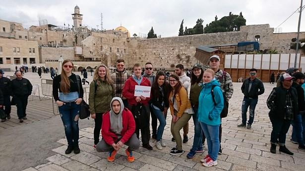 Popis: Účastníci projektu v centru Jeruzaléma.