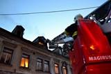 Při požáru v bytovém domě hasiči zachránili ženu a psa