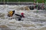 Letečtí záchranáři nacvičují záchranu z divoké vody