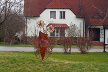 Návštěvníky Černé v Pošumaví vítají dvě nové kovové sochy