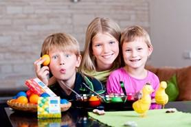 Velikonoce patří dětem! Objevte s nimi nové způsoby barvení vajec