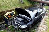 Osobní automobil skončil v Jistebníku v potoce, vytáhnout ho musel Bison