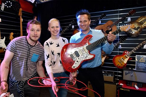 Popis: Předání kytary novému majiteli – (zleva) Honza Homola z kapely Wohnout, ředitelka Nadace Olgy Havlové Monika Granja a nový majitel kytary Libor Kapička.