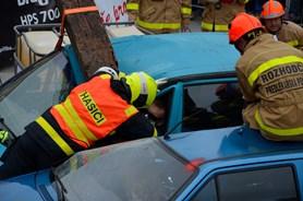 V Novém Jičíně zápolili profesionální i dobrovolní hasiči ve vyprošťování osob z havarovaných vozidel