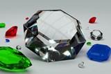 Nový trend: zásnubní prsteny jsou stále častěji místo diamantů se smaragdy nebo rubíny