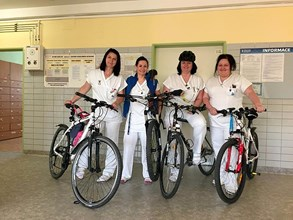 Zdravotníci Vítkovické nemocnice soutěží a cestují do práce na kole. O vítězství bojují Rychlé jehly i Kolonožky
