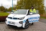 Půjčený elektromobil dočasně obohatí vozovou flotilu strážníků