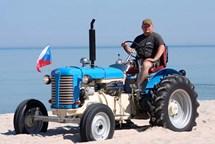 Milovník červených traktorů se vydal s historickým strojem ZETOR 25 na dlouhou cestu