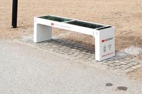 Olomouc má solární lavičky s nabíječkou a Wi-Fi