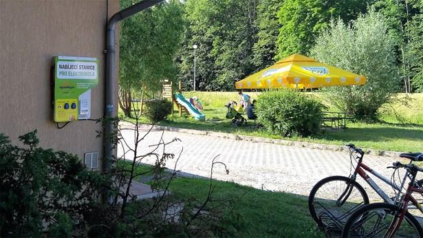 Popis: Nabíjecí stanice u řeky Ostravice.