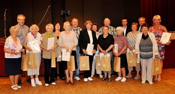 Popis: Skupina nejaktivnějších seniorů společně se zástupci města.