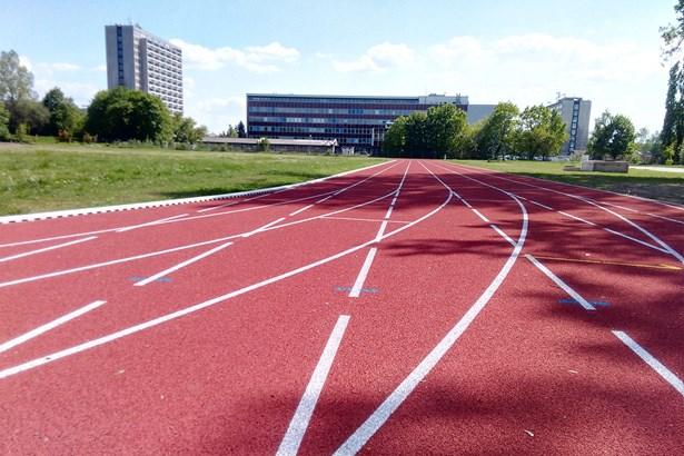 Popis: Součástí královéhradeckého sportovního areálu hasičů je i nová atletická dráha, sloužící k jejich přípravě.