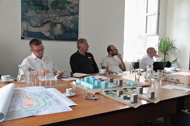 Popis: Jednání zástupců radnice a investora projektu Centrum Radotín.