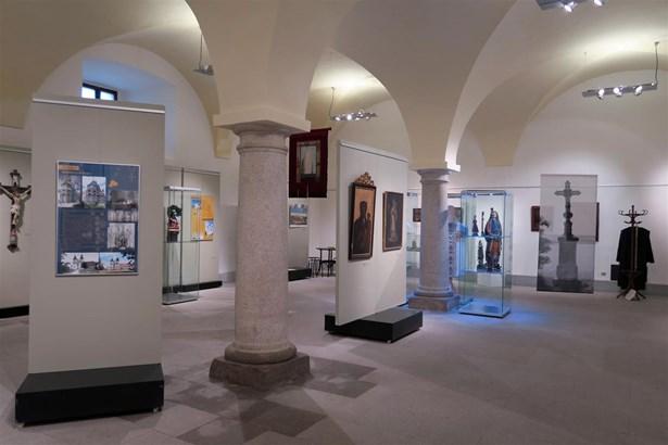 Popis: Výstava v Muzeu Vysočiny Třebíč k Roku českého baroka – Klobouk, hůl a růženec.