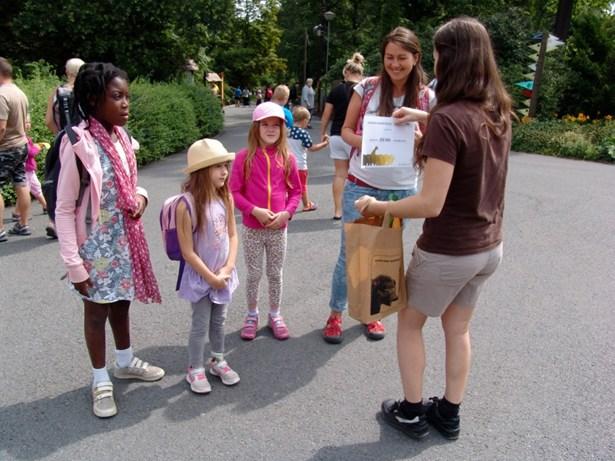 Popis: 250 000. návštěvníkem roku 2017 se stala paní Honková z Čeladné, která se do ostravské zoo vydala se svými třemi dětmi.