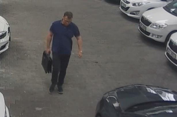 Popis: Podezřelého muže zachytily kamery, jestliže ho na záběrech někdo poznává, ať se ozve na linku 158.
