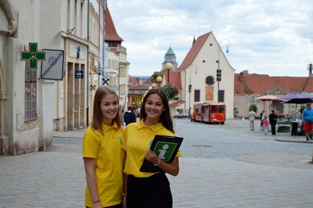 Popis: Asistentky, Monika Malá a Zuzana Moravcová, přímo v ulicích města Znojma.