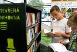 Lidé si mohou půjčit čtení v otevřených knihovnách