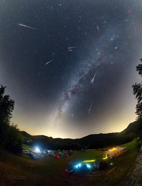 Snímek dne NASA je od českého fotografa. Zobrazuje Perseidy nad Vrchteplou
