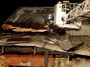 Šest hasičských jednotek likvidovalo ve Vítkově požár domu s uskladněnou pyrotechnikou