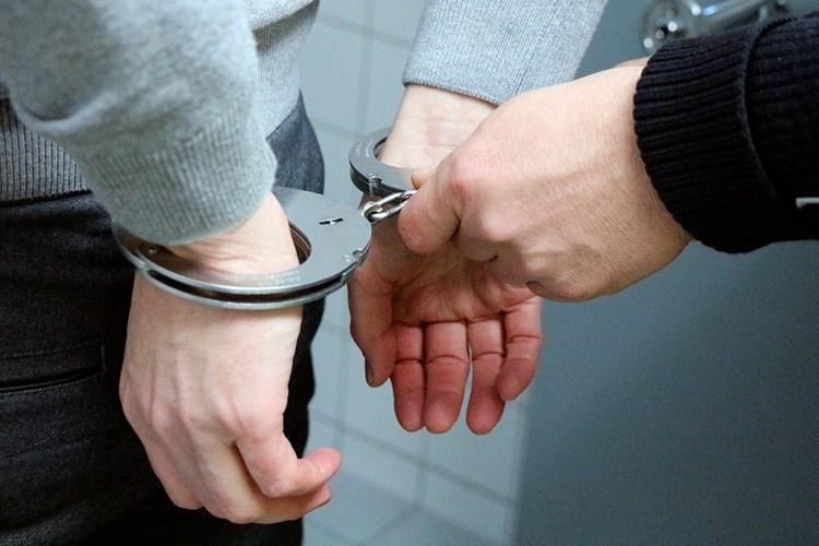 Muži dal bezdůvodně pěstí, strážníci agresora předali policistům