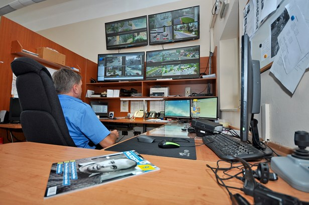 Popis: Obrazovky kamerového systému na služebně Městské policie Bohumín