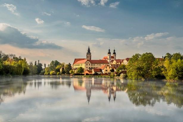 Popis: Jezuitský klášter s kostelem Jména Ježíš - Telč.
