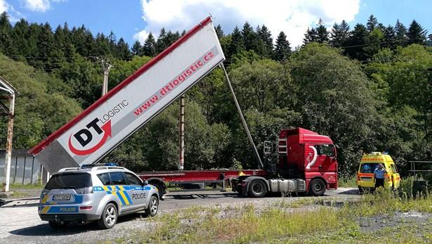 Popis: K úrazu muže elektrickým proudem došlo při zvednutí návěsu nákladního automobilu pod vedením vysokého napětí.