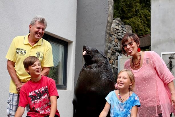 Popis: Rodina pana Rybky s lachtanem Melounem při tradičním cviku – vyplazování jazyka