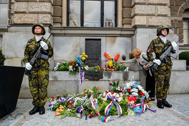 Popis: Vzpomínkové shromáždění u příležitosti 49. výročí invaze vojsk Varšavské smlouvy do Československa.