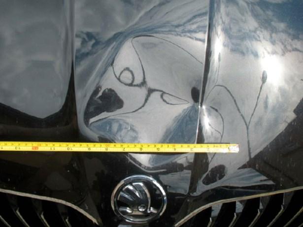 Popis: Poškozené vozidlo.