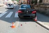 Nedobrzdila za stojícím autem, náraz skončil zraněním chodkyně.