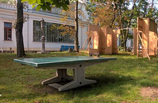 Popis: Pingpongový stůl na zahradě Klubu AVU.