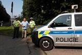 Policisté komunikují s dětmi, které jsou spolujezdci ve vozidlech