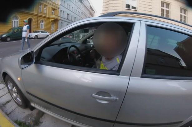 Popis: Muž s vozidlem upoutal policistovu pozornost kvůli parkovacímu manévru, který prováděl.